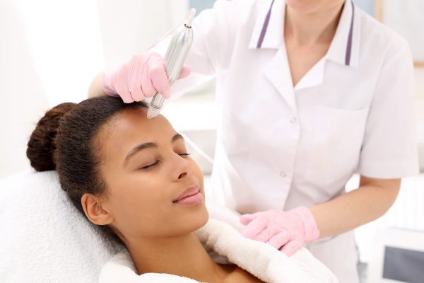 Beautician,Performs,A,Needle,Mesotherapy,Treatment,On,A,Woman's,Face